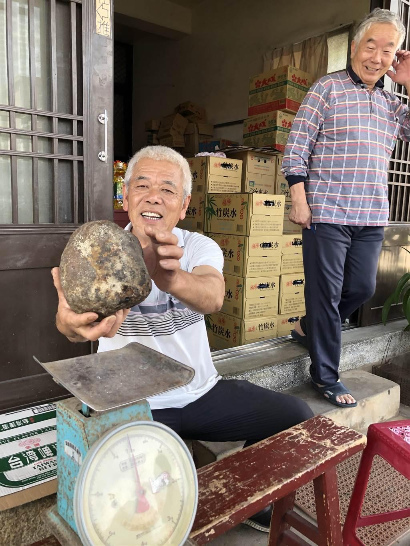 大塊「石頭」秤重才1.6公斤,讓大家都覺得有些奇怪。(李金生攝)