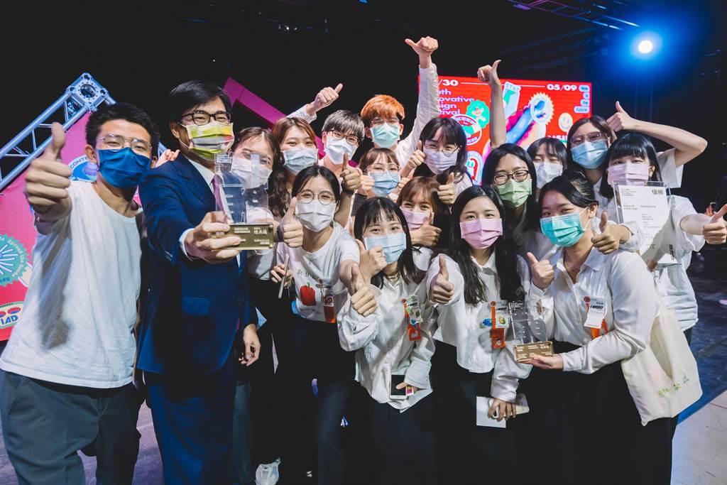 「青春設計節」8日頒獎,獲獎同學開心與高雄市長陳其邁(左二)合照。(柯宗緯攝)