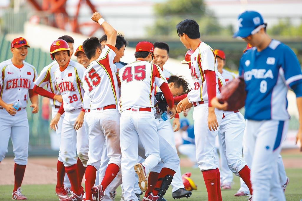 東京奧運棒球資格賽將於6月16日在台灣舉行,世界棒壘球總會7日宣布大陸隊將不來台比賽。圖為2019年大陸隊(穿白色球衣)來台參加棒球亞錦賽。(中央社)