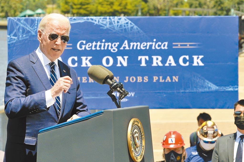 美國總統拜登6日前往共和黨傳統票倉路易斯安那州,推銷他總規模高達4兆美元的經濟方案,包括包括基礎建計畫和美國家庭計畫,表明願意在調高企業稅方面讓步。(美聯社)