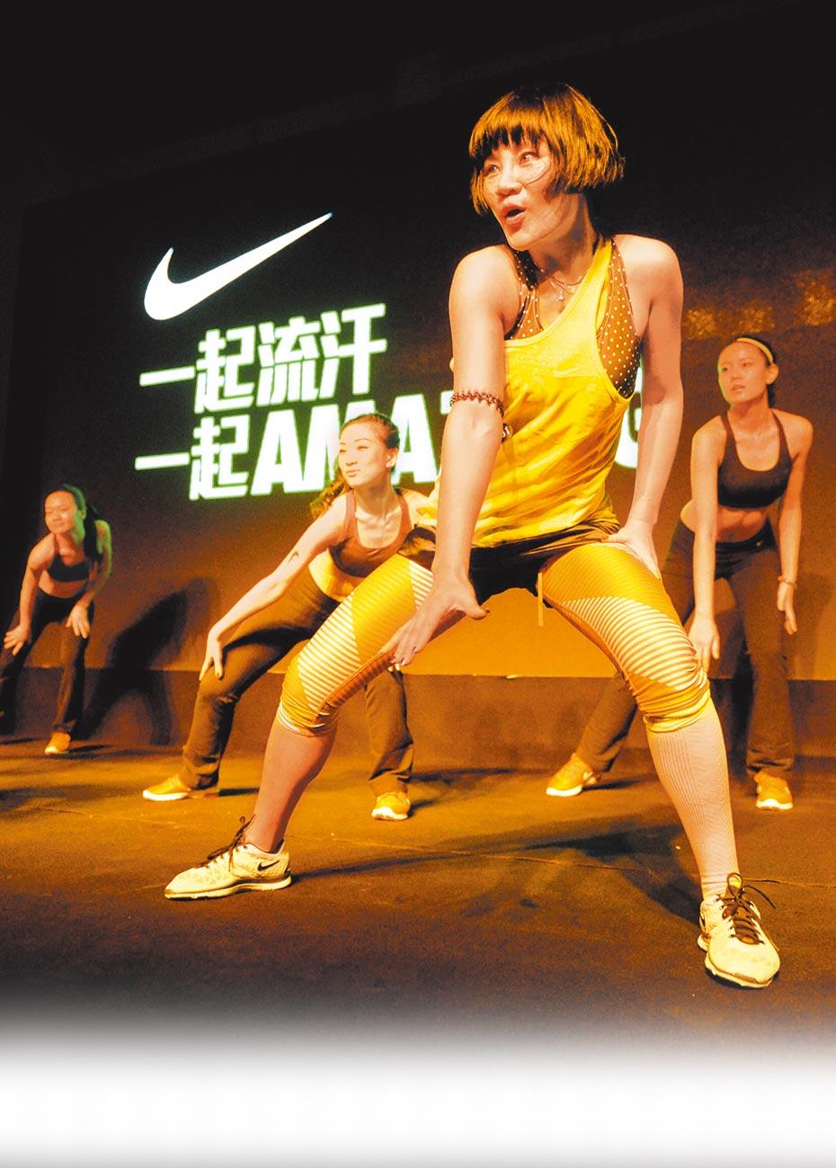 知名運動品牌Nike因新疆棉事件遭大陸民眾抵制,4月的銷售量暴跌。圖為Nike於2013年在北京主辦的一場健身活動。(新華社)