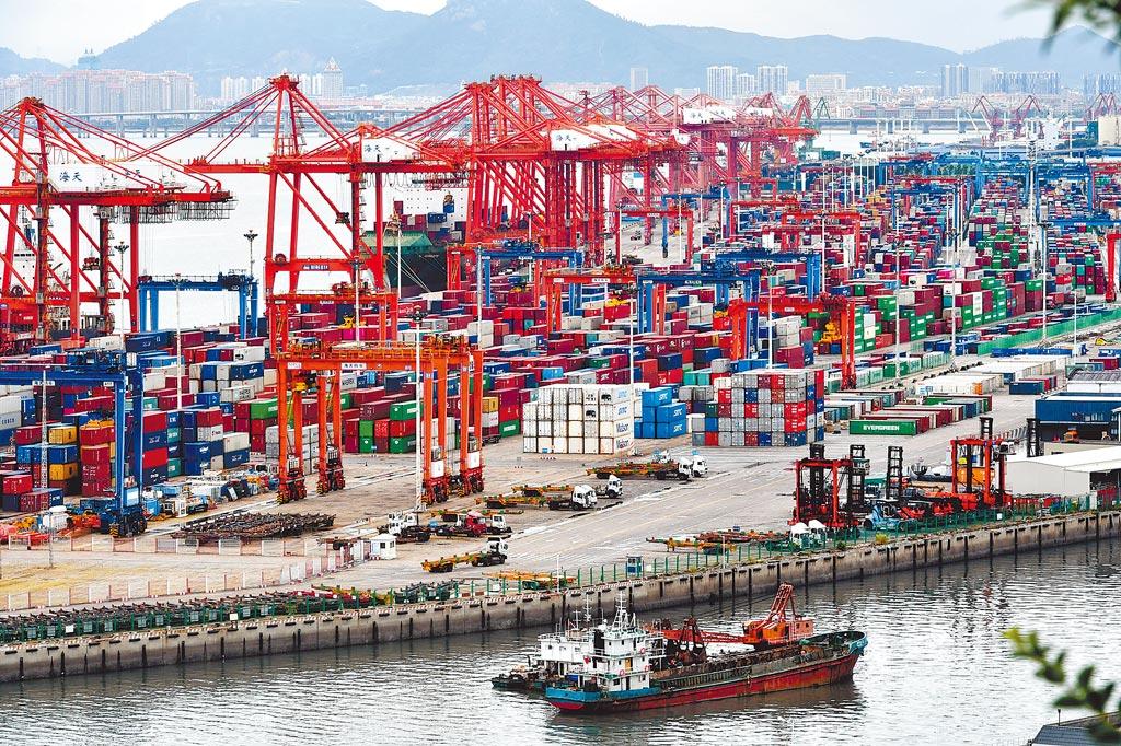 大陸海關總署昨公布,中國4月美元計價出口總值按年增32.3%;進口年增43.1%,增速為自2011年1月以來最高。今年前4個月,中國進出口總值1.79兆美元,同比成長38.2%。(中新社)