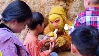扮孫悟空壓五指山 遊客狂餵香蕉本尊求饒:我吃不下了