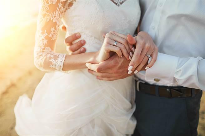 學霸兄弟分別娶了老師和學店妹為妻,後者婚姻卻比較幸福,網揭關鍵原因。(圖/Shutterstock)