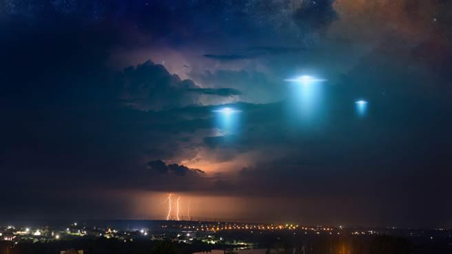 神秘光柱出現在日本福井縣上空,讓不少人誤以為是UFO,但其實是大氣光學的自然現象。(示意圖/達志影像)
