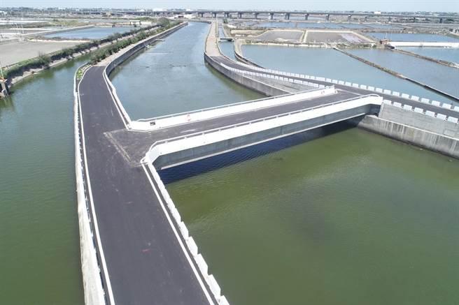 第七座完工的口湖鄉下崙三號橋,是在原址上游60公尺處新建,周邊道路也燙平,十分美觀。(雲林縣府提供)