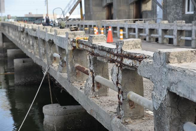 口湖鄉下崙三號橋原是羊稠厝大排防潮閘門的維護橋,有鋼筋裸露鏽蝕、大梁剪力裂縫等問題。(雲林縣政府提供)