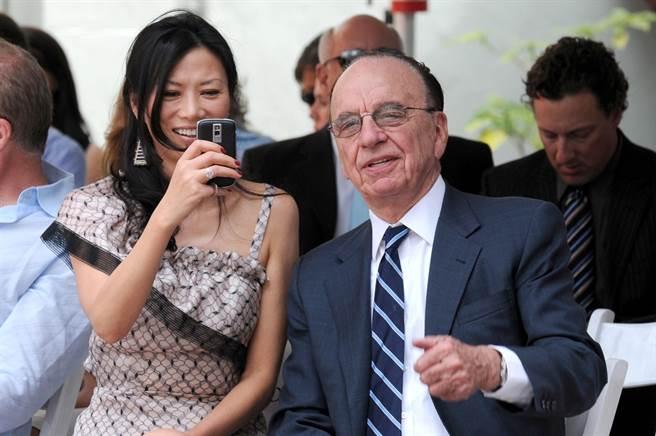 圖為梅鐸(Rupert Murdoch)與其第3任妻子鄧文迪(Wendi Deng)。(圖/達志影像)
