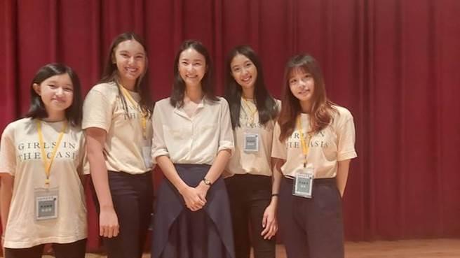 鍾瑶(中)參加四位北一女中學生創立的菸蒂環保組織「菸沒綠洲」講座。經紀人提供