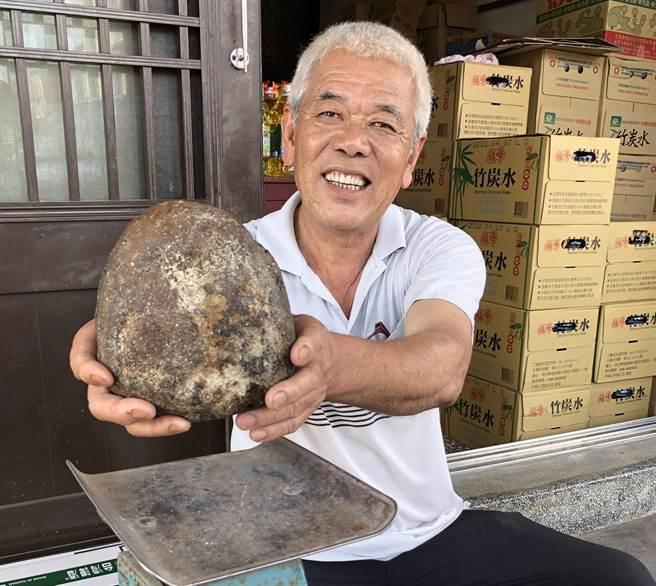 金門民眾葉福和開心拿著有香氣的「石頭」,準備送到台灣好好鑑定一下。(李金生攝)
