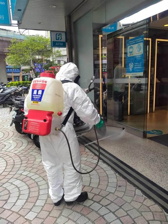 富邦銀行內湖分行今被列為確診者足跡,台北市環保局第一時間前往消毒。(環保局提供)