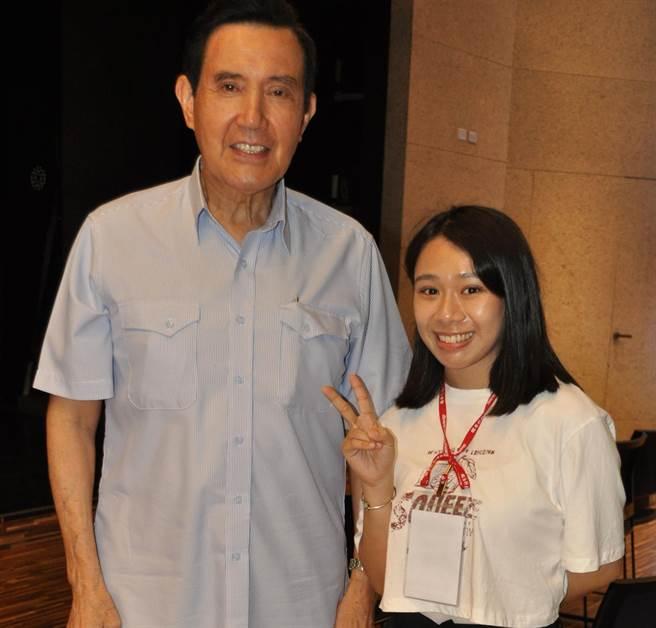 前總統馬英九得知6年前在總統府表揚過潘沛荑,兩人昨晚開心合影分享公益活動。(醒吾科大提供)