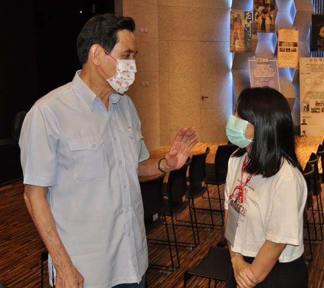 前總統馬英九以他持續捐血208次為例,鼓勵潘沛荑做公益不能間斷。(醒吾科大提供)