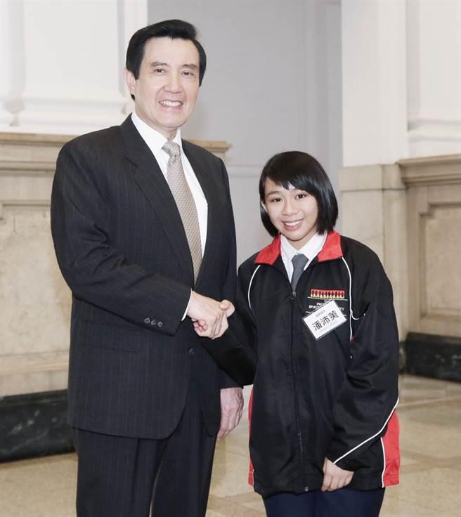 醒吾科大數位設計系三年級學生潘沛荑,15歲國三時進總統府接受馬總統表揚。(醒吾科大提供)