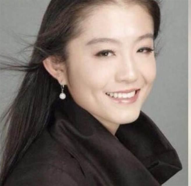 比爾蓋茲的美女中文翻譯王喆。(圖/翻攝自王喆微博、LinkedIn)