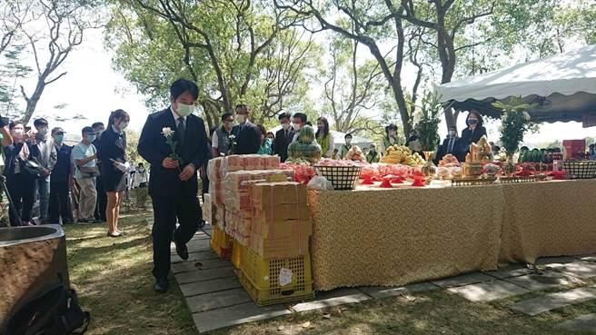 賴清德副總統上前向八田與一銅像獻花致敬。(程炳璋攝)