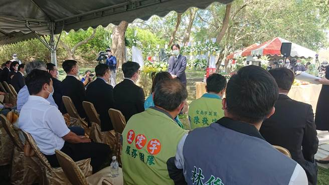 賴清德副總統(面對鏡頭者)認為烏山頭水庫聯繫台日近百年情感。(程炳璋攝)