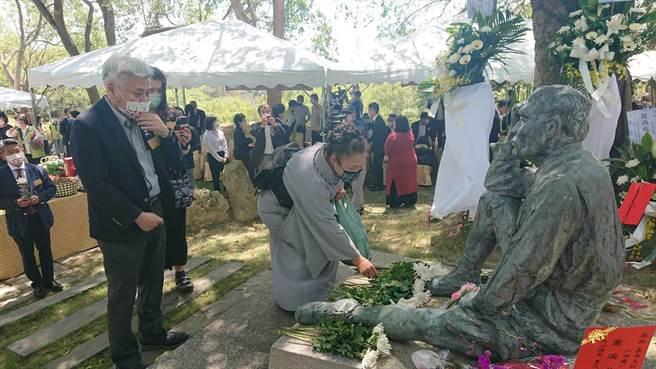 日本民眾參加八田與一逝世79周年追思會,並上前獻花。(程炳璋攝)