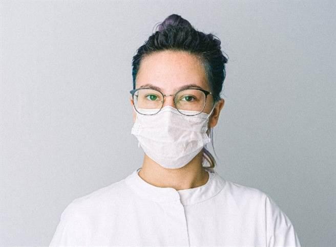 調整口罩位置、確保水氣不從上方透出,也可以防止眼鏡起霧。如將口罩頂端(鼻樑處)調緊或向下凹折,口罩底部(下巴處)則稍微調鬆,從下方透氣。(圖/康健雜誌提供)
