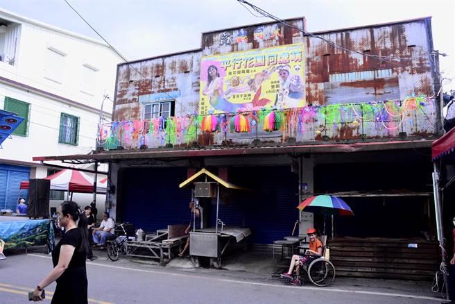 「大同戲院」早在1974年停業,花蓮縣文化局辦理藝術家駐村計畫,斑駁的戲院門面,由藝術家重新掛上廣告招牌,老一輩的鄉親來到戲場外,仿佛回到兒時。(王志偉攝)