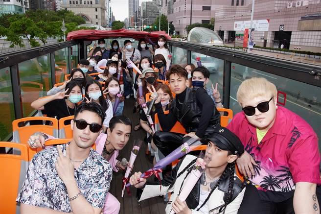 Marz23、莫宰羊及TRASH成員今邀粉絲搭巴士觀光台北街景。(華納音樂提供)