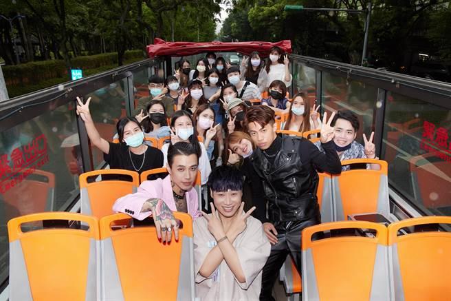 Marz23、莫宰羊今邀粉絲搭巴士觀光台北街景。(華納音樂提供)