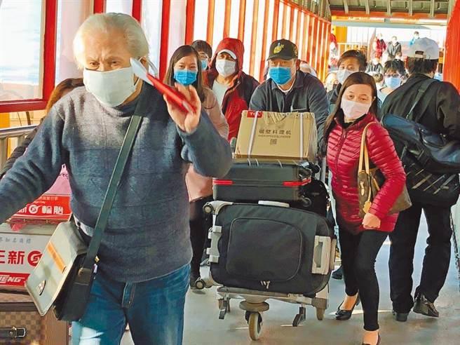 福建省8日宣布,推遲針對台灣人赴閩的2+19放寬隔離措施。圖為2020年2月小三通停航前最後一班返金門的乘客。(本報資料照片)