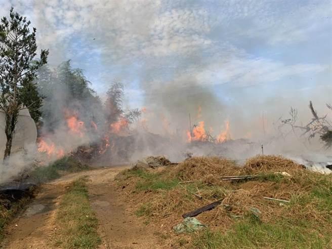 南投草屯鎮九九峰下,平林里的1處林地驚傳火警,初步估計燃燒面積約1.5公頃。(南投縣消防局提供/張妍溱南投傳真)
