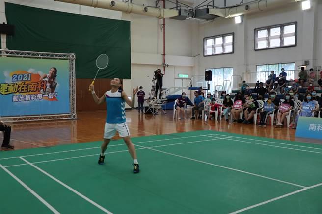 羽球球后戴資穎一連4年代言運動在南科活動,8日上午至南科進行友誼賽。(劉秀芬攝)