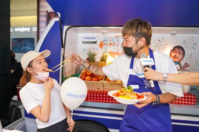 KID親手夾菜餵食女粉絲,希望能藉此催票成為餐車美食王。(飛利浦提供)