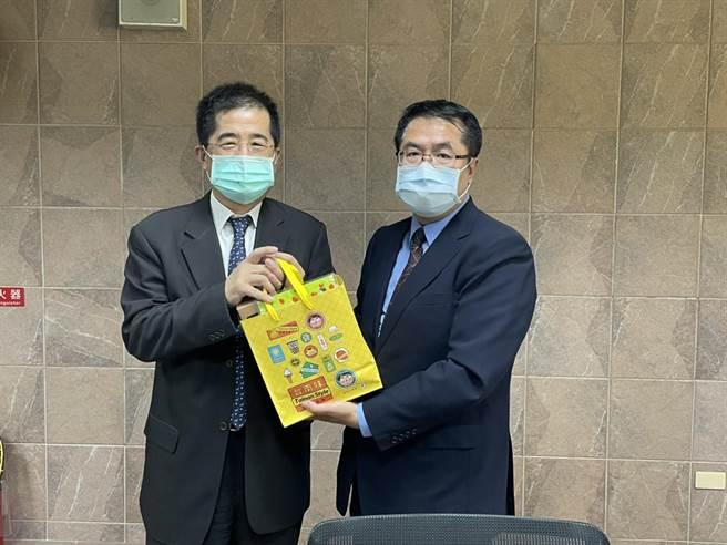 聯電董事長洪嘉聰(左)拜訪台南市長黃偉哲,洽談加碼投資台南。(經發局提供/劉秀芬台南傳真)