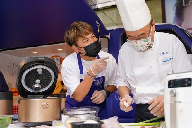 比賽中,KID(左)不忘搞笑干擾名廚李德全(右)。(飛利浦提供)