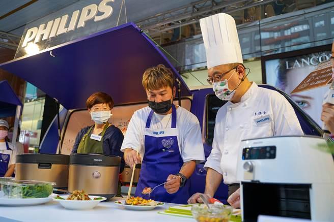 KID(中)與暢銷食譜書作家JJ 5色廚(左)組隊與名廚李德全(右)師傅PK創意美食。(飛利浦提供)