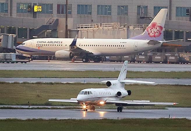 2名確診的駐印度代表處官員8日搭乘醫療專機(下)飛抵桃園機場。(范揚光攝)