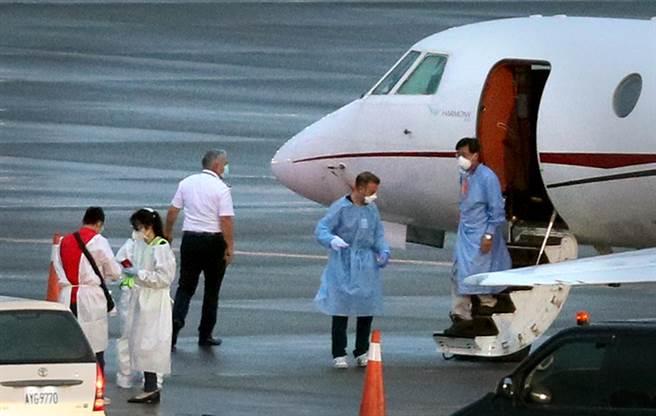 專機停妥後1名病患(右)正準備下機。(范揚光攝)