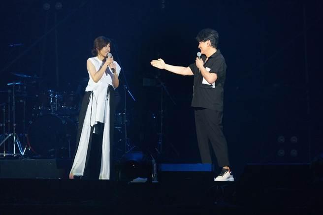 周華健(右)介紹蘇慧倫的綽號是蘇小妹。(滾石唱片提供)