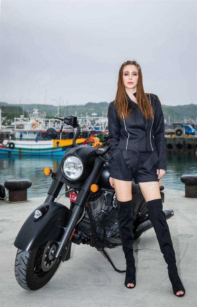 安妮黑色勁裝展露身材。伊林娛樂提供