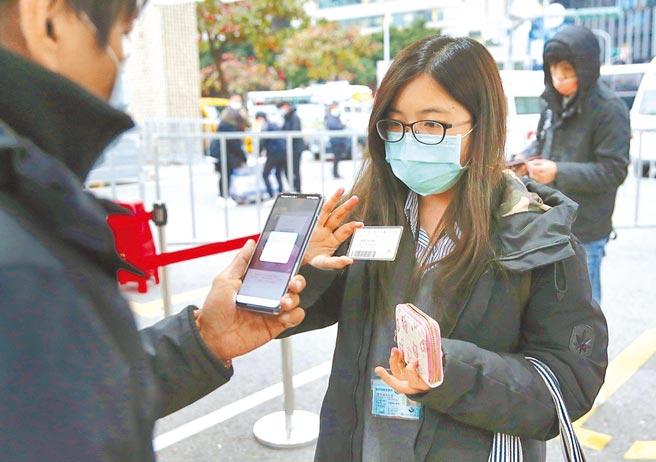 台北市政府創立市政手機APP「台北通」,市議員王欣儀質疑,號稱能整合虛擬卡證,卻因場館設備及系統移轉問題卡關,民眾還是必須出示實體卡才能享有優惠。(本報資料照片)