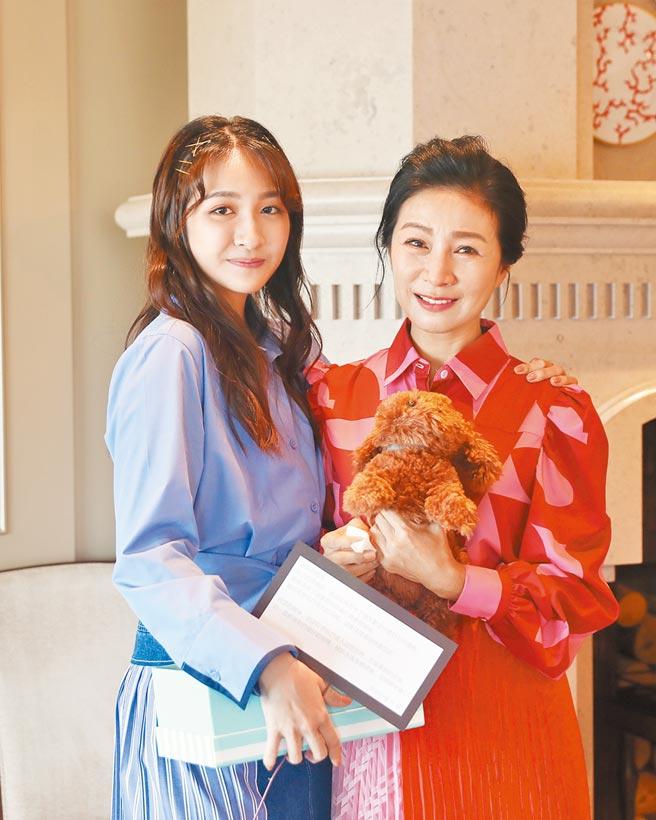 方文琳(右)昨宣布女兒齊薇正式出道,成為她的同門師妹。(大創紅國際提供)