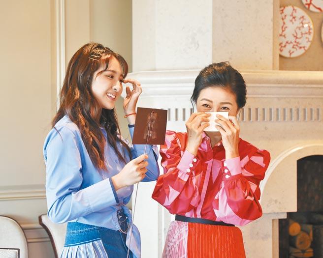 方文琳(右)昨收到女兒齊薇送的母親節禮物,當場感動得噴淚。(大創紅國際提供)