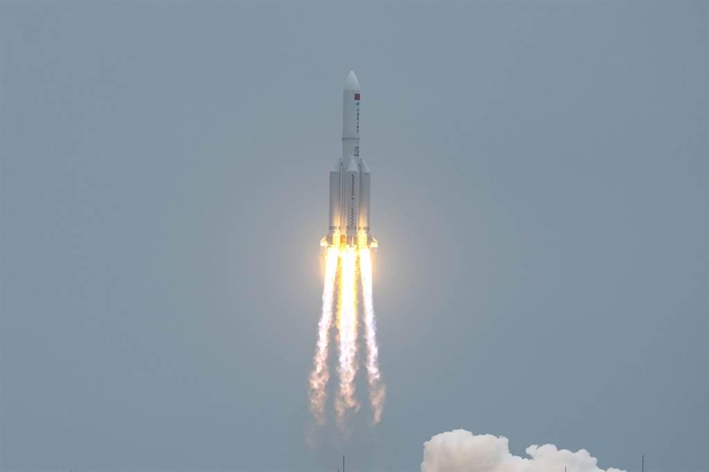 中國載人航天工程辦公室9日表示,長征五號B運載火箭的殘骸已經於台灣時間上午10時24分重新進入地球大氣層。圖為長征五號B運載火箭4月底發射升空的畫面。(資料照/新華社)