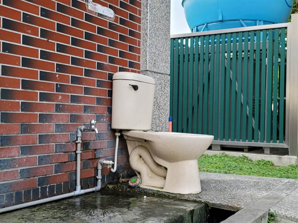 北投區立農公園廁所外「露天馬桶」用途曝光,掀起網熱議。(照片/游定剛 拍攝)