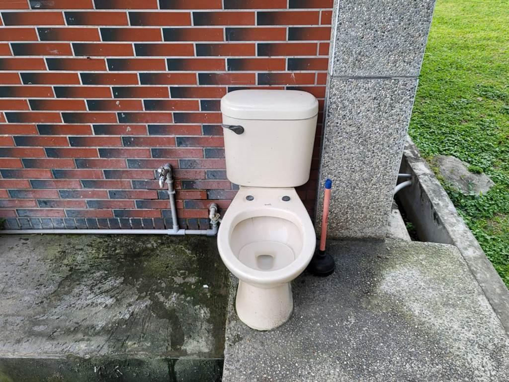 「露天馬桶」一個要價5千元,真實用途是給狗用的馬桶。(照片/游定剛 拍攝)