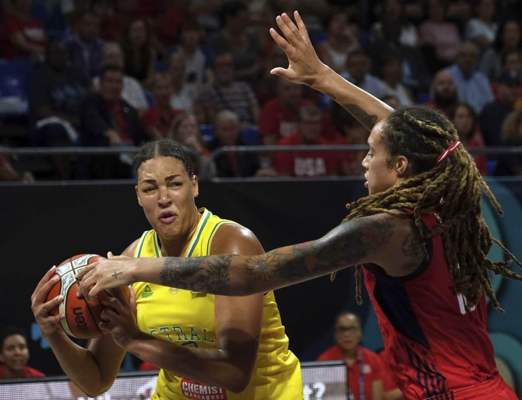 澳洲女將莉茲凱比吉(左)在2018年女籃世界盃決賽對戰美國。(美聯社資料照)