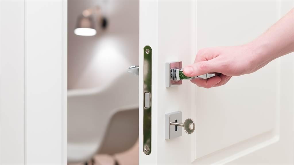 英國一名女大生外出不愛鎖門,遭到室友惡作劇。圖片為示意圖。(圖/shutterstock)