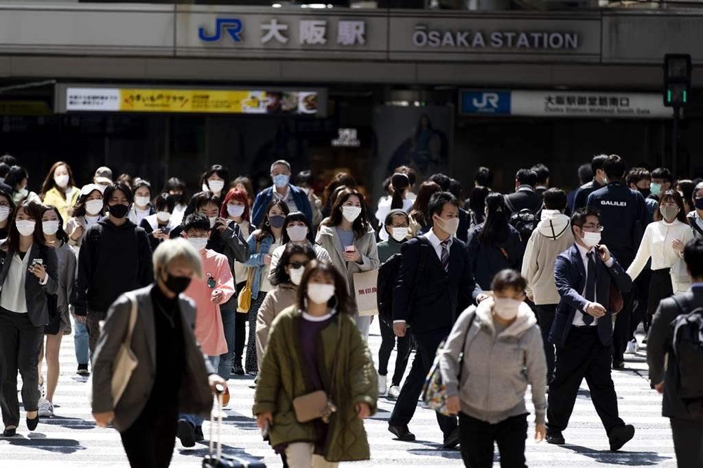 日本大阪疫情嚴峻,過去7天大阪每100萬人的新冠病歿數達到19.6人,已經超越印度的15.5人,當地醫療體系也瀕臨崩潰。(資料照/美聯社)