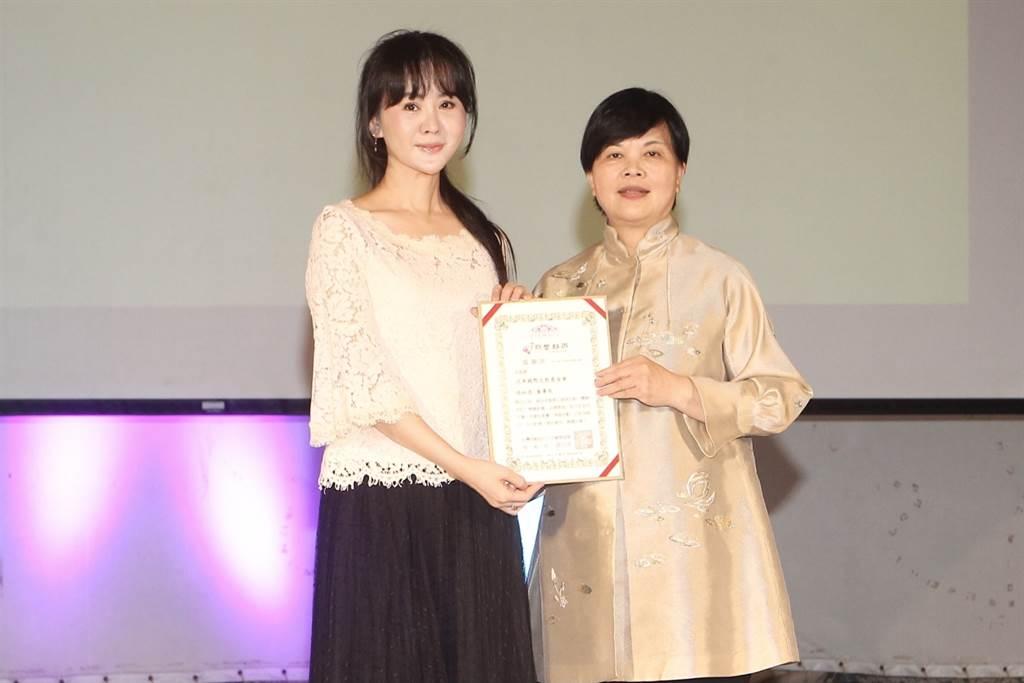 張如君(左)與主辦人盧美惠(右),希望透過公益活動協助偏鄉的學童。(財團法人泛美國際文教基金會提供)