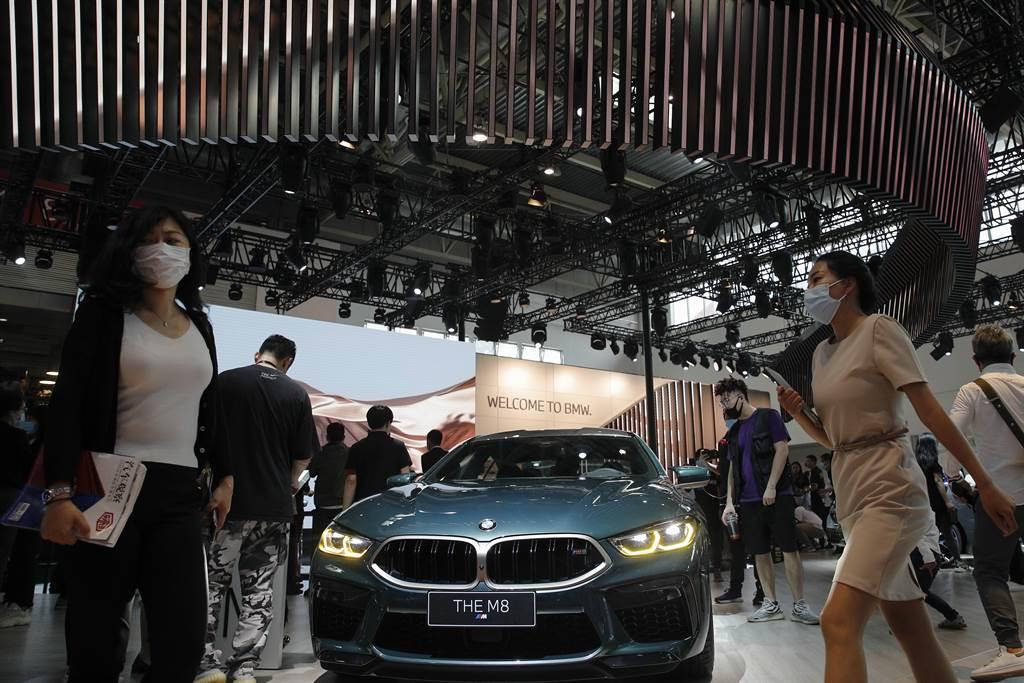 德國經濟脫離疫情羈絆,開始快速復蘇,其中大部份得力於大陸市場的強勁需求,尤其以電子、汽車、機械產業最熱門。圖為去年在北京汽車展上的德國汽車。(圖/美聯社)