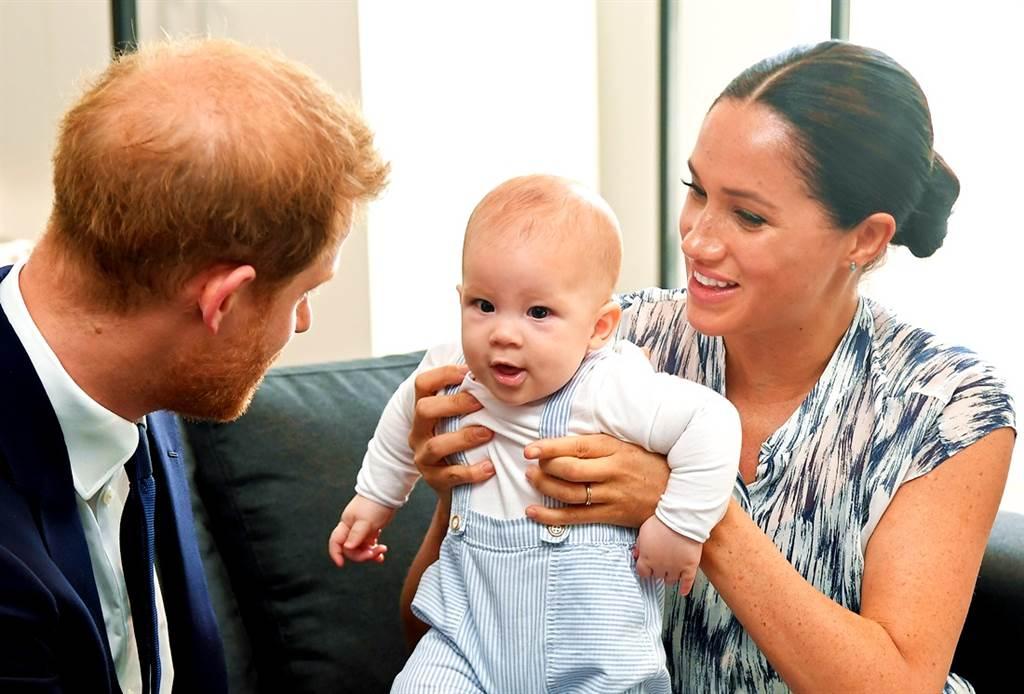 哈利王子與梅根的兒子亞契(Archie)於6日歡慶2歲生日,英媒報導,亞契和女王伊麗莎白二世視訊時說著一口美國腔英語。(資料照/TPG、達志影像)