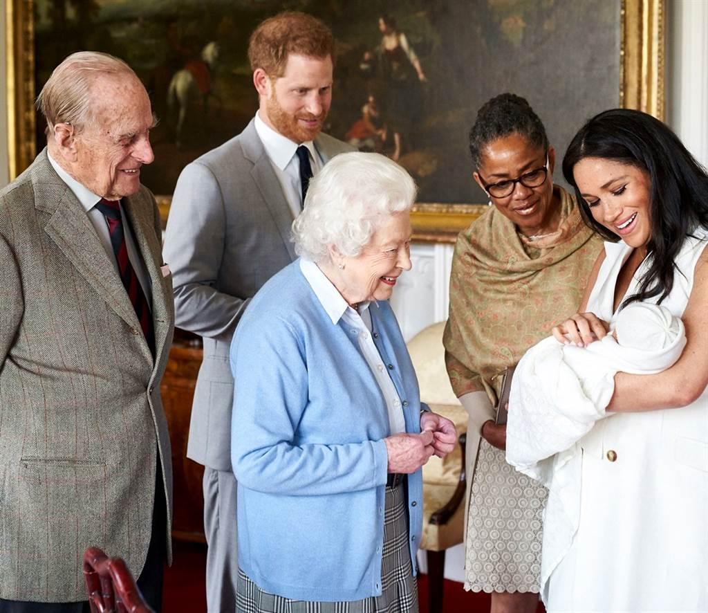 消息人士透露,2歲的亞契和女王伊麗莎白二世視訊時,說話口音為美國腔。圖為2019年5月8日,女王與剛出生的亞契初見面的畫面。(資料照/TPG、達志影像)